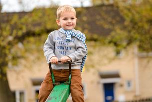 公園のシーソーで遊ぶ男の子の写真素材 [FYI01568057]