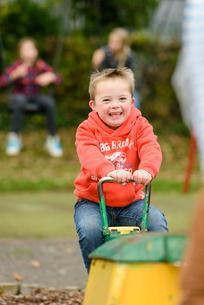 公園のシーソーで遊ぶ男の子の写真素材 [FYI01568059]