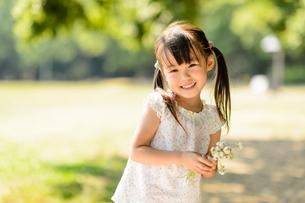 シロツメクサを持った女の子の写真素材 [FYI01568072]