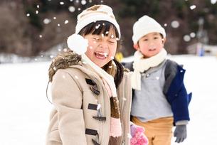 雪合戦をする子どもの写真素材 [FYI01568073]
