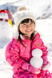 雪だるまと子供の写真素材 [FYI01568079]