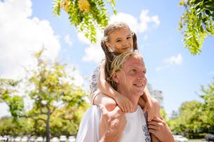 子どもを肩車をする父親の写真素材 [FYI01568080]