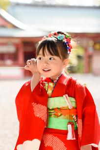 糸電話で遊ぶ晴れ着を着た女の子の写真素材 [FYI01568110]