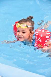 プールで遊ぶゴーグルをつけた女の子の写真素材 [FYI01568117]