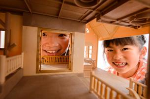 ドールハウスから覗く女の子の写真素材 [FYI01568141]