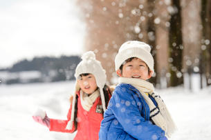 雪玉を投げる子供の写真素材 [FYI01568168]