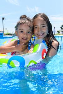 プールで浮き輪で遊ぶ女の子の写真素材 [FYI01568195]