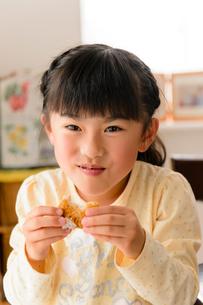 おにぎりをほおばる女の子の写真素材 [FYI01568225]