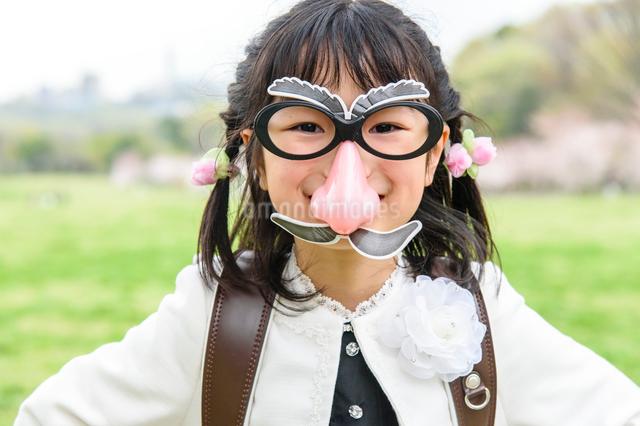 鼻眼鏡をつけたランドセルを背負った女の子の写真素材 [FYI01568238]