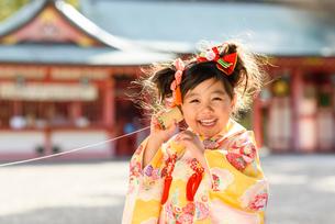 糸電話で遊ぶ晴れ着を着た女の子の写真素材 [FYI01568255]