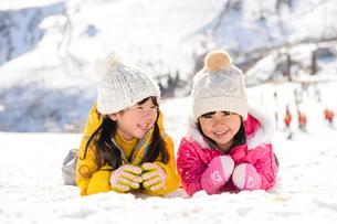 雪上で腹ばいになっている子供の写真素材 [FYI01568268]