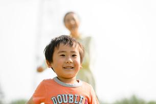 公園で走る親子の写真素材 [FYI01568286]
