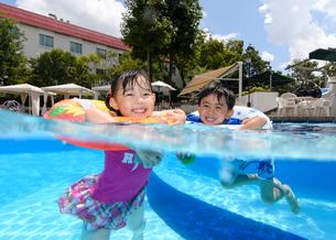プールで遊ぶ男の子と女の子の写真素材 [FYI01568288]