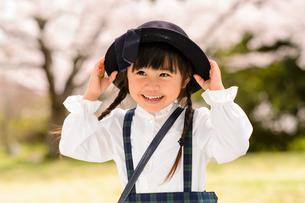 帽子を持つ女の子の写真素材 [FYI01568358]