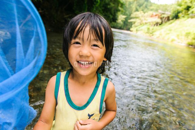 川で網を持つ子どもの写真素材 [FYI01568373]