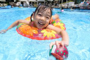 プールで浮き輪で遊ぶ女の子の写真素材 [FYI01568419]