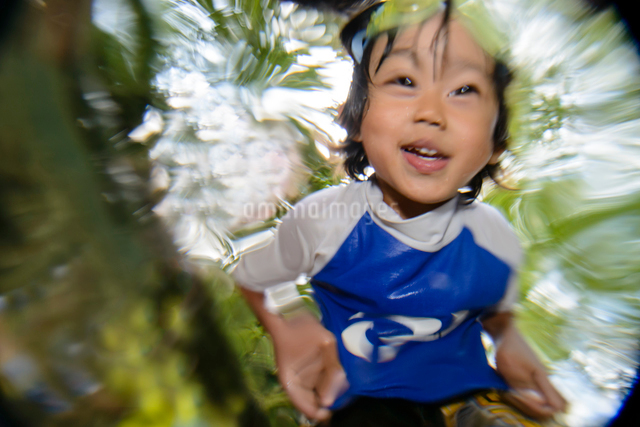 川の中をのぞき込む子どもの写真素材 [FYI01568431]