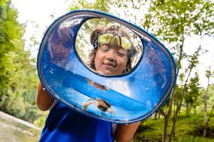 川で箱眼鏡を持つ子どもの写真素材 [FYI01568448]