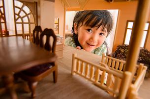 ドールハウスから覗く女の子の写真素材 [FYI01568526]