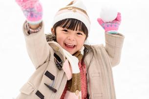 雪合戦をする子どもの写真素材 [FYI01568527]