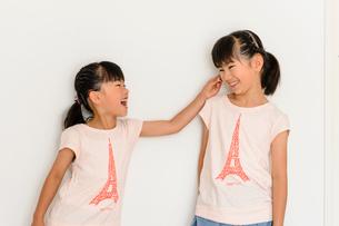 お揃いのTシャツを着た姉妹の写真素材 [FYI01568550]