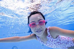 泳ぐ子供の写真素材 [FYI01568585]