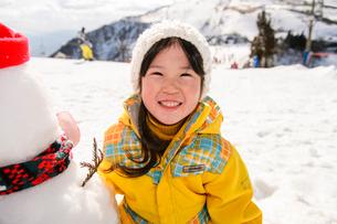 雪だるまと子供の写真素材 [FYI01568617]