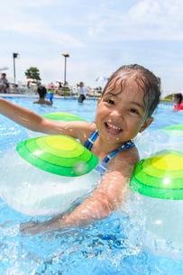 プールで浮き輪で遊ぶ女の子の写真素材 [FYI01568656]