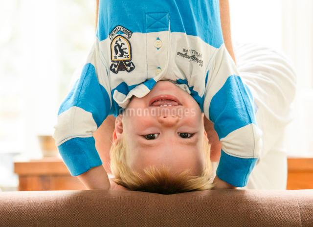 逆さまで抱き上げられる男の子の写真素材 [FYI01568724]