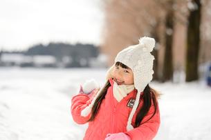 雪玉を投げる子供の写真素材 [FYI01568737]