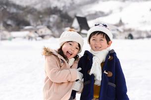 雪上の子供の写真素材 [FYI01568750]