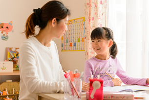 子供部屋でお母さんと向き合う女の子の写真素材 [FYI01568752]