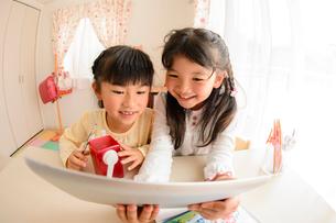子供部屋でタブレットで遊ぶ女の子の写真素材 [FYI01568760]