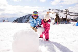 雪だるまを作っている子供の写真素材 [FYI01568775]