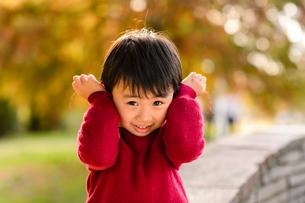 耳を抑える男の子の写真素材 [FYI01568777]