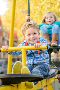 シーソーブランコで遊ぶ男の子と女の子の写真素材 [FYI01568787]