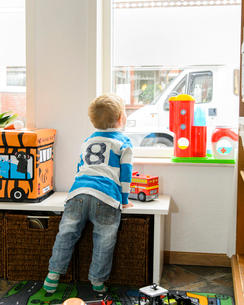 窓の外を見る男の子の写真素材 [FYI01568816]