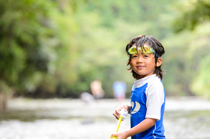 川で水鉄砲で遊ぶ子どもの写真素材 [FYI01568828]