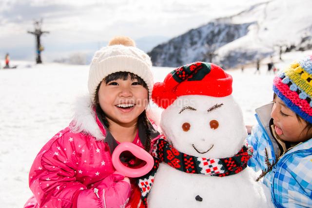 雪だるまと子供の写真素材 [FYI01568830]