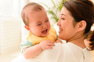 お母さんと泣き顔の赤ちゃんの写真素材 [FYI01568833]