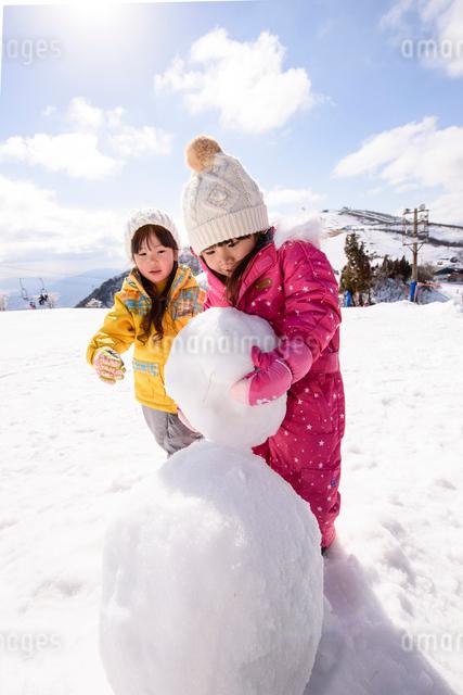 雪だるまを作っている子供の写真素材 [FYI01568888]