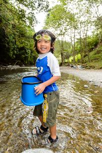 川で箱眼鏡を持つ子どもの写真素材 [FYI01568895]
