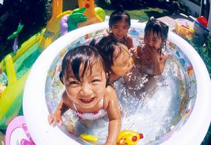 プールで遊ぶ子どもの写真素材 [FYI01568896]
