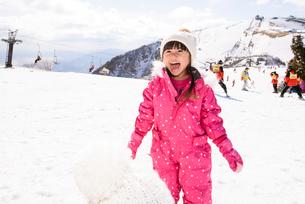雪遊びをする子供の写真素材 [FYI01568901]