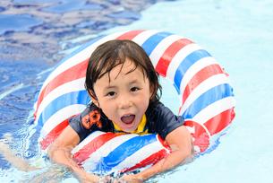 プールで浮き輪で遊ぶ男の子の写真素材 [FYI01568936]