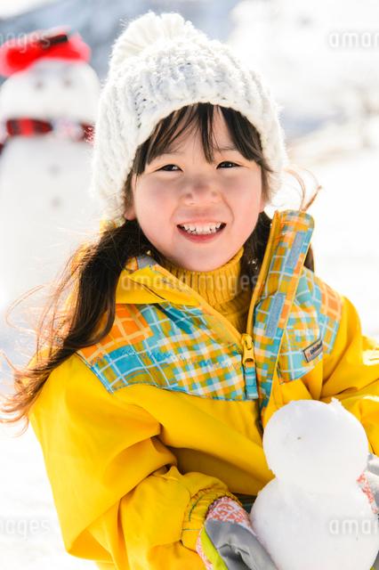 雪だるまと子供の写真素材 [FYI01568964]