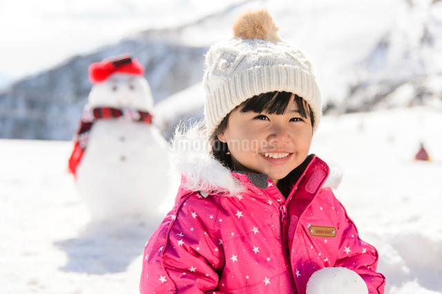 雪だるまと子供の写真素材 [FYI01568981]