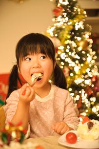 ケーキを食べる子どもの写真素材 [FYI01568996]