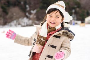 雪合戦をする子どもの写真素材 [FYI01569083]
