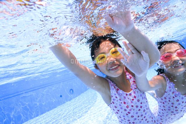 泳ぐ子供の写真素材 [FYI01569093]